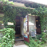 RUSTIC BARN - 店舗は、ツタの絡まる普通の民家を利用されています。