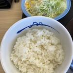 松屋 - ごはん、サラダ 定食のごはんは       セルフでお代わり可能。