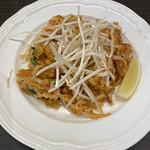 Thai&Vietnam レモングラス - モヤシの下はお米みたいに小さく刻まれた麺でした( ;  ; )