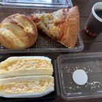 サンタおじさんの石窯パン工房 - チーズの塩パン  167円 石窯焼き鉄板ピザ 223円 たっぷり玉子サンド 269円