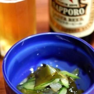 こみや - 料理写真:お通しの酢のものとサッポロラガー(500円)
