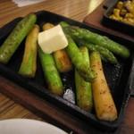 手仕込み麺屋 すずなみ - アスパラバター鉄板焼き 390円