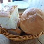 オステリア バッヴォ - ローズマリーのフォカッチャ&ケシの実のパン