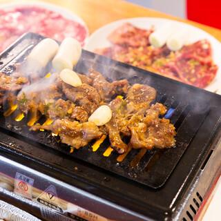 卓上のロースターでお客様自身で焼くスタイルのザ・焼肉!
