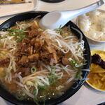 まる豚らーめん - 料理写真:味噌らーめん、ライス、漬物