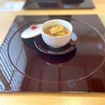 Ebisuchuukataizan - 鶏肉と夏草花の薬膳蒸しスープ