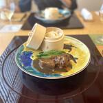 Ebisuchuukataizan - 牛肉の醤油煮込み、腸詰め入り花巻き添え