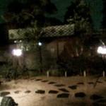 14050200 - 夜になるとかがり火のたかれる庭