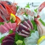 紀八寿司 - 季節の旬をふんだんに盛り込んだお刺身お造り 赤いのは大きい笠子です。