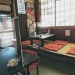 高砂食堂 - 小上がりもありテーブル席には対面シールドがあります。