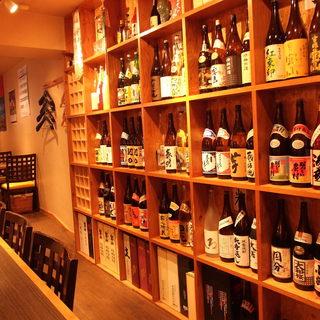 100種類以上の焼酎が棚にびっしりと並んでいます!