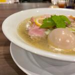自家製麺 鶏冠 - 塩の味玉トッピング