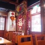 ニイハオ - 中国料理っぽい店内