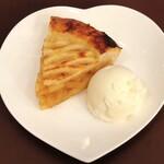 ブックハウスカフェ - 定番のアップルパイも人気です!バニラアイスを添えて!他にもケーキはあります♪