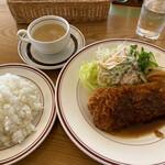 ファミリーレストラン キャロット - 料理写真:ポークカツランチ850円。ご飯大盛り無料でした。