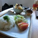 ログカフェ スノードーム - 牛すじ煮込み+ライス&サラダ