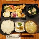 かおり屋 - 紅鮭焼き鶏唐揚げ定食 930円