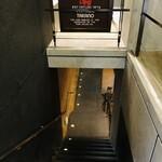 ティーハウスタカノ - 階段を下りて地下へ