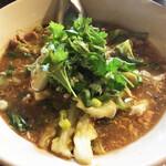 タイ東北料理イサーンキッチン - 超濃厚チムチュム。生姜、レモングラス、他いろいろなハーブと魚介のだしに白菜、豚肉、ニラ、ネギ、春雨がどっさり。めちゃ温まります。塩分濃いなと思いましたが喉は渇かず、塩梅が上手。ジャスミンライス小つき。¥950