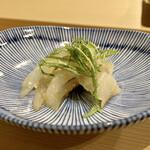 鮨かねみつ - サヨリ 大葉と生姜と和えられ、爽やかな味わいで旨味が強く感じられます♪