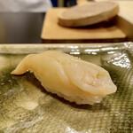 鮨かねみつ - 北海道のアオヤギ 北海道はでっかいどう、これは兼光大将の一言(笑) 身が大きくて、確かにでっかいどうなアオヤギ、バカガイと呼ばれもします。