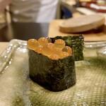 鮨かねみつ - イクラ 皮が有ることすら感じない柔らかさが素晴らしく、醤油漬けもまるみのある味で、白酢のシャリにとても合っています♬
