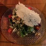 まるげ - チーズせんべいとくるみのサラダ