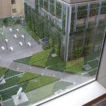 1407709 - ホテル9Fの会議室の窓から階下のホテル中庭を見下ろす