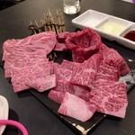 外苑 - 松コースの肉(タンを3切れ焼いた後)