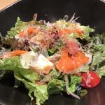 くずし割烹 白金魚 - 海鮮サラダ968円。白身、サーモン、タコなど、海鮮はそれなりに入っていて、和風ドレッシングも程よく、とても美味しくいただきました(╹◡╹)。コスパは。。。