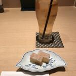 くずし割烹 白金魚 - ウーロン茶418円、お通し550円。蟹のゼリー寄せは、お通しとしてはレベルが高く、美味しくいただきました(^。^)。ドリンクとお通しで約一千円。。。慣れてきましたが(笑)(^_^;)
