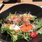 くずし割烹 白金魚 - 海鮮サラダ968円。ハーフもありましたが、普通のものをオーダーしました。それなのに量が少なくて。。 味はとても好みでした(╹◡╹)