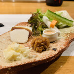 ONZA - 1 . 野菜スティック、ラフランス+奈良漬(大津「八百与」宮内庁御用達)             薬味:サウザン、鶏味噌、xxxのタルタル