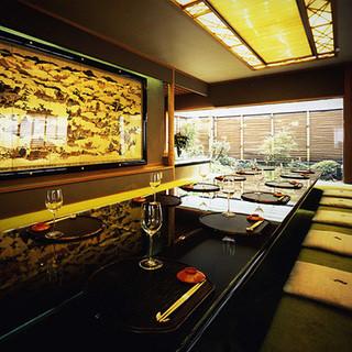 京都の夜をおくつろぎいただく広々としたお座敷