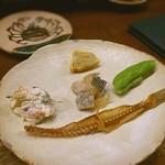 Fukuwauchi - 突き出し、枝豆、ズッキーニ白和え、辛子レンコン、鰹のオイル煮、骨せんべい