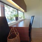 パン工房 小麦舎 - 田園風景を眺めるカウンター席