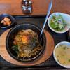 すもも - 料理写真:ピリカラ高菜石焼ビビンバ(¥1045)