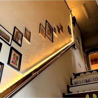 三軒茶屋駅から徒歩3分。2階にお店がございます。