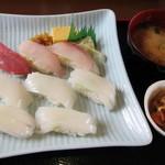ふるさと味覚館 - 赤イカ5貫+地魚3カンセット