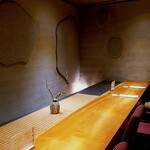 140781416 - 漆喰の壁。落ち着きながらも華やかなカウンタ―
