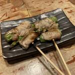 博多串焼もつ煮込み うっとり - アスパラ巻(180円/1本)