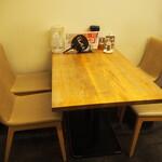 麺や 鳥の鶏次 - 店内(テーブル席)