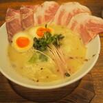 麺や 鳥の鶏次 - レアチャーシュー肉そば&煮玉子:塩