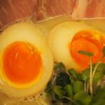 麺や 鳥の鶏次 - 煮玉子