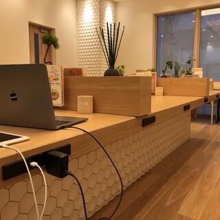 仕事・勉強に最適◎全席フリーWi-Fi・充電可能なお席も豊富