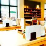 源流レストラン - 大きな硝子の向こうはテラス席
