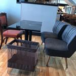 カフェ・ラ・ミル ラスカ小田原店 - 右側の椅子のバネが凄い。