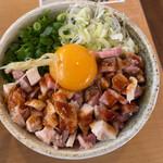 彩蓮 - 低温チャーシュー丼 細切れチャーシュー、長ネギと万能ネギのみじん切りの上に卵黄とミョウガ !?