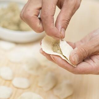 本場中国料理!毎日一つ一つ丁寧に包んで作る餃子は絶品★