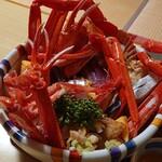味処・民宿 まつや - 海鮮丼は紅ズワイガニ1杯に下には海鮮がいっぱい